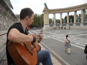 En train de jouer de la guitare Place des Héros, Budapest